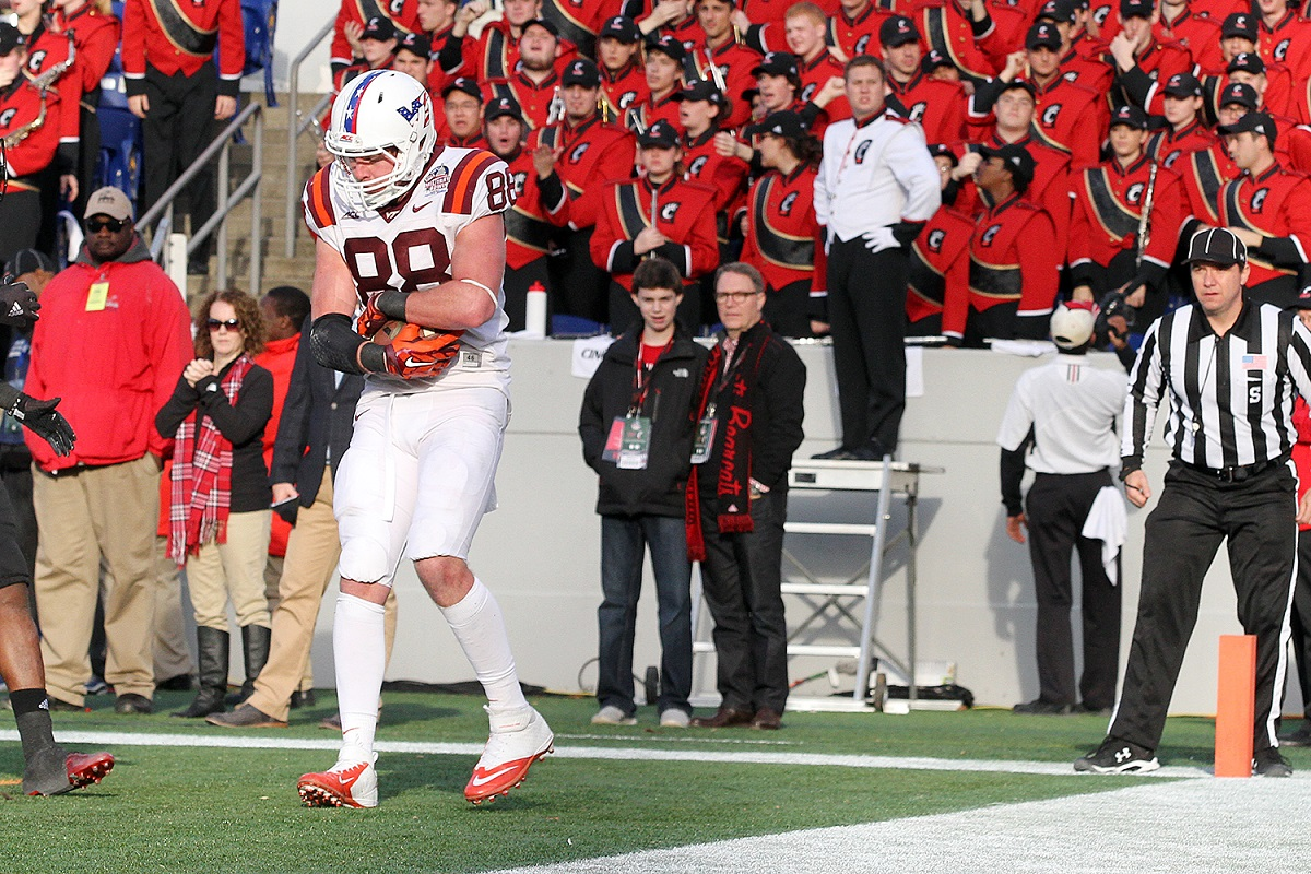 Ryan Malleck cradles the TD pass that put the Hokies up 20-10 early in the 2nd half.